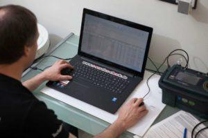 Ein Prüfer von E+Service+Check; Veranschaulichung von Regalprüfung bzw. Regalinspektion