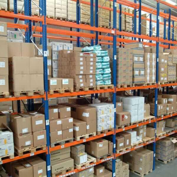 Regalfront in einer Lagerhalle; Shelf front in a storage hall