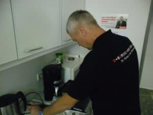 Überprüfung elektrischer Geräte im Büro ortsveränderliche