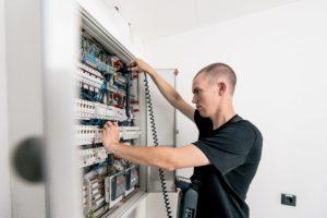 Überprüfung elektrischer Geräte in der öffentlichen Verwaltung sowie Schulen ortsfest