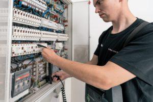 Prüfung von Technik im Unternehmen Elektrotechnik