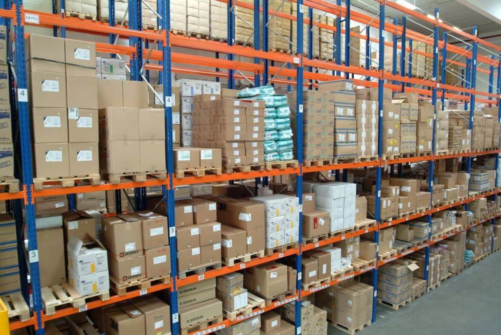Regalinspektion nach DIN EN 15635 von E+Service+Check, als Beispielbild eine Regalfront in einer Lagerhalle